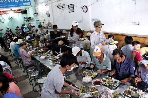 Người nghèo ăn cơm từ thiện