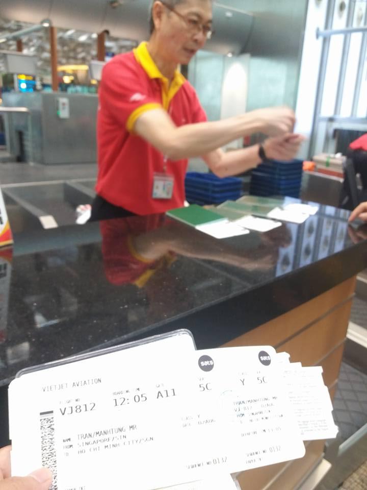 Người lớn tuổi bán vé máy bay tại singapore