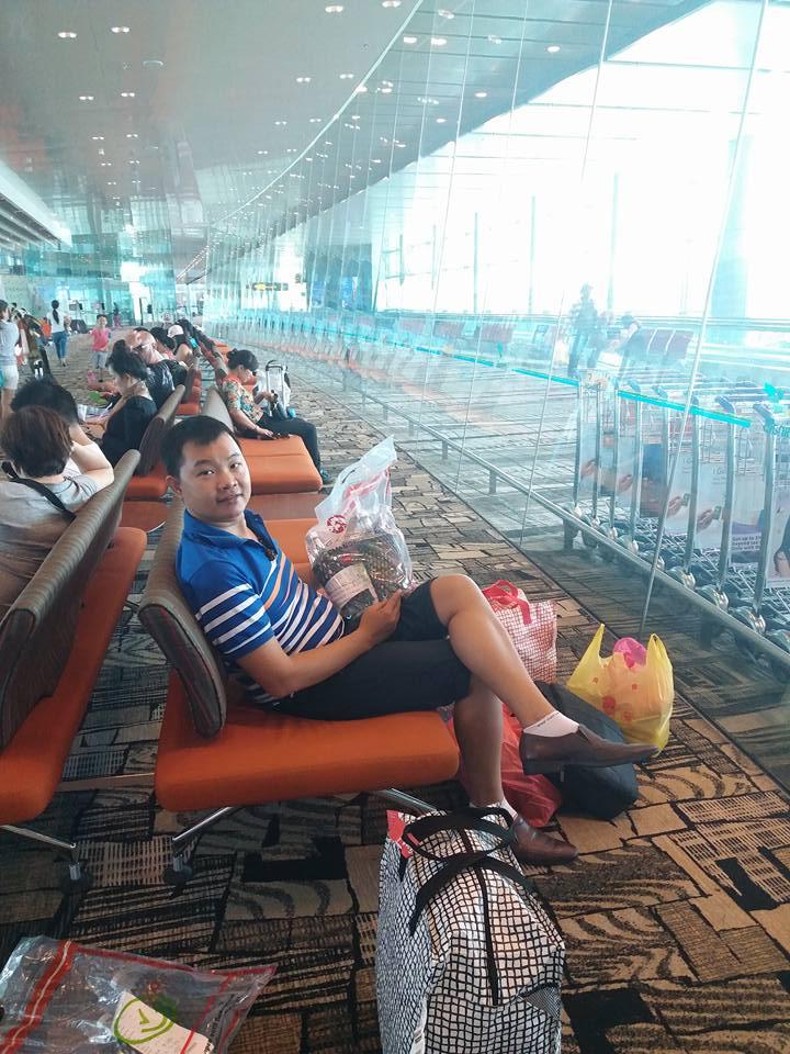 Trần Mạnh Tùng tại sân bay changin singapore